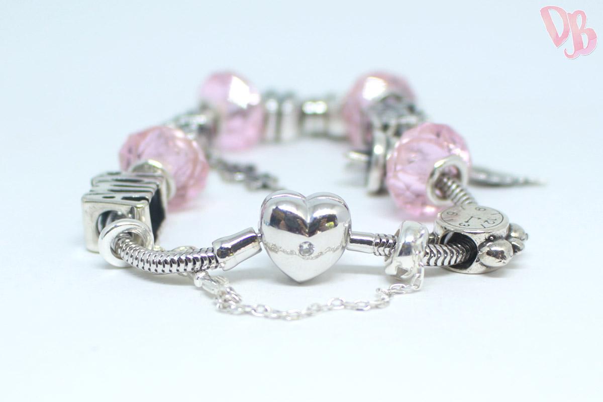 99ae665eb Essa merece até uma foto a mais para mostrar a pulseira com fecho de  coração e pedrinha de zircônia! A pulseira (sem os berloques) custa  R$199,00.